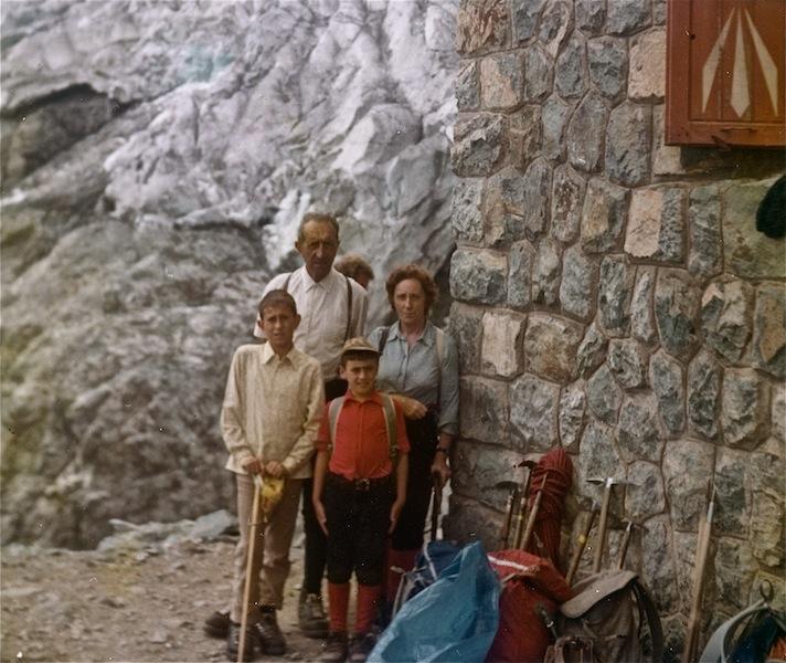 L'autore (a sin) a 11 anni, con i genitori e un amico, al refuge Glacier Lanc nel 1972.