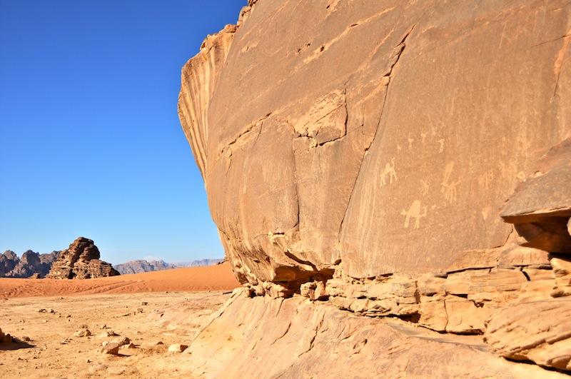 Graffiti sulle pareti di roccia di Wadi Rum, in Giordania.