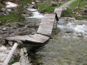 La stessa passerella prima dell'intervento del personale del Parco Alpi Marittime.